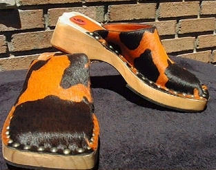 9 west orng blk cow print low heel clogs